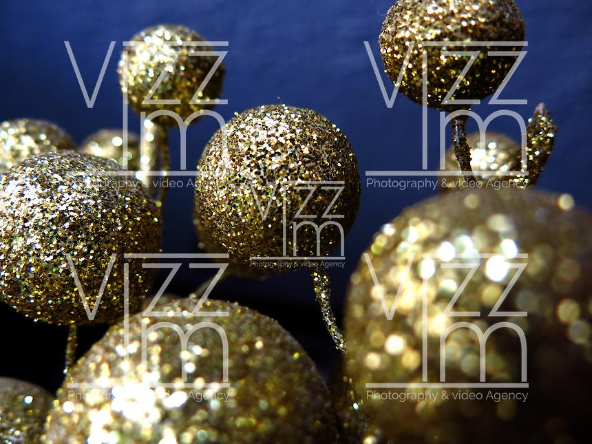 BOGOTÁ-COLOMBIA-14-01-2013. Esferas de escarcha dorada. Gold spheres hoarfrost. (Photo:VizzorImage)