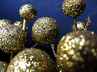 BOGOTÁ-COLOMBIA-14-01-2013. Esferas de escarcha dorada. Gold spheres hoarfrost. (Photo:VizzorImage)
