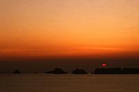 Europe/France/Bretagne/29/Finistère/Dinan: Soleil couchant sur la pointe de Penhir et les tas de pois depuis la pointe de Dinan