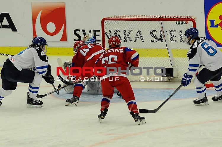 04.04.2015, Malm&ouml; Ishall, Malm&ouml; , SWE, IIHF Eishockey Frauen WM 2015, Finnland  (FIN) vs Russland (RUS), im Bild, Rosa LINDSTEDT (#4, FIN) trifft zum 1:0 f&uuml;r Finnland, Alexandra KAPUSTINA (#44, RUS) f&auml;lscht ungl&uuml;cklich ab<br /> <br /> <br /> ***** Attention nur f&uuml;r redaktionelle Berichterstattung *****<br /> <br /> Foto &copy; nordphoto / Hafner