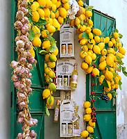 Italien, Kampanien, Sorrentinische Halbinsel, Amalfikueste, Amalfi: lokale Spezialitaeten - Limonen-Likoer, Zitronen und Knoblauch | Italy, Campania, Sorrento Peninsula, Amalfi Coast, Amalfi: Local lemon liqueur, lemons and garlic