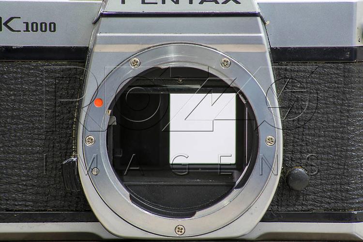Obturador de uma câmera fotográfica analógica aberto até a metade, São Paulo - SP, 08/2016.