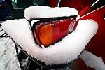 Bouwdetails tijdens een koude vorstperiode op een bouwplaats in de winter: ondersneeuwd achterlicht is nog zichtbaar van een bouwmachine.  COPYRIGHT TON BORSBOOM
