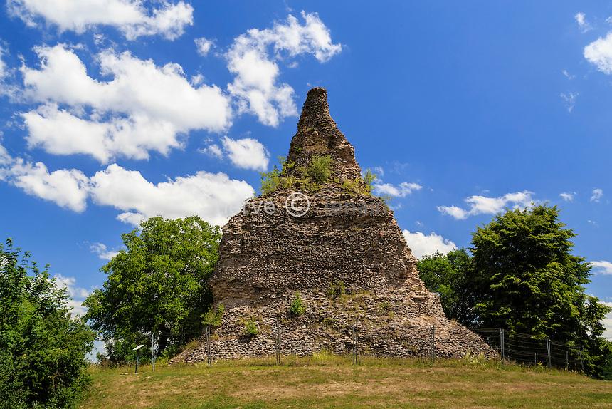 France, Saône-et-Loire (71), Autun, Couhard, pyramide de Couhard ou pierre de Couhard // France, Saone et Loire, Autun, Couhard pyramid