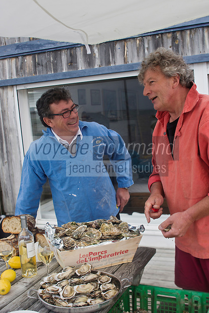 Europe/France/Aquitaine/33/Gironde/Bassin d'Arcachon/L&egrave;ge-Cap-Ferret:  Le chef Christian Constant avec   Jo&euml;l Dupuch, ostr&eacute;iculteur &agrave; L&egrave;ge-Cap Ferret et  acteur dans le film &quot;Les Petits mouchoirs&quot; de Guillaume Canet - D&eacute;gustation des Hu&icirc;tres d' Arcachon . Cap-Ferret des Parcs de l'Imp&eacute;ratrice de  Jo&euml;l Dupuch // France, Gironde, Arcachon Bay, Lege Cap Ferret, Chef Christian Constant by barge on the Bassin d'Arcachon with Joel Dupuch, oyster in Lege Cap Ferret and actor in the film Little White Lies Guillaume Canet , Tasting Arcachon Oysters<br /> <br />  Non destin&eacute; &agrave; un usage publicitaire - Not intended for an advertising use]