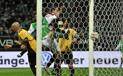 Bremen's Markus Rosenberg (C) scores the 2-0 during the UEFA Europa League group match Werder Bremen vs Nacional Funchal at Weser stadium in Bremen, Germany, 03 December 2009. Photo: CARMEN JASPERSEN/actionplus. UK Licenses only.