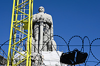 GERMANY, Hamburg, restoration of statue of Otto von Bismarck, chancellor of German Empire, built 1906, Bismarck has invited 1884/85 for the congo conference in Berlin, where africa was split up to the european colonial powers / DEUTSCHLAND, Hamburg St. Pauli, Alter Elbpark, Restaurierung der 1906 gebauten Statue des Reichskanzler Otto von Bismarck, Bismarck hat 1884/85 in Berlin zur Kongokonferenz zur Aufteilung Afrikas in Kolonien eingeladen