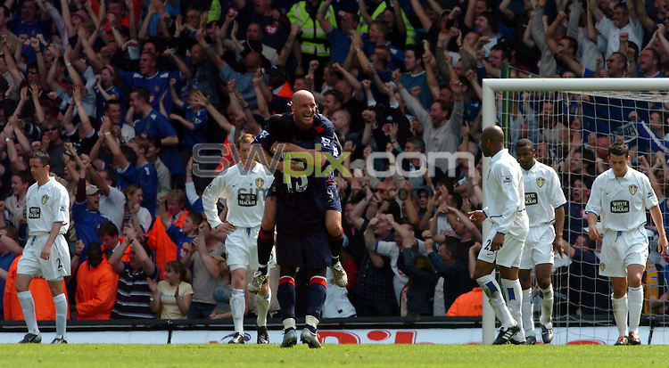 Pix: Ben Duffy/SWpix.com Premiership Football....Leeds United v Portsmouth.... 25/04/2004...COPYRIGHT PICTURE>>SIMON WILKINSON>>01943 608782>>..Leed's are miserable as Porstmouth's Steve Stone celebrates his teams second goal by Lomana Tressor Lualua