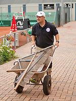 Netherlands, Amstelveen, August 18, 2015, Tennis,  National Veteran Championships, NVK, TV de Kegel,  Groundsman<br /> Photo: Tennisimages/Henk Koster