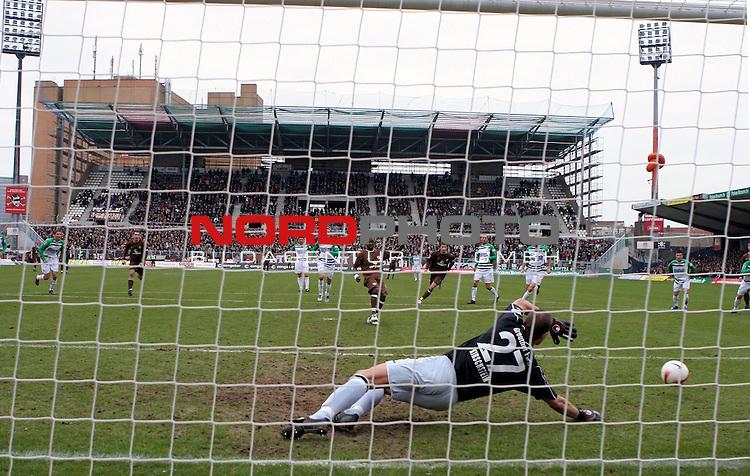 2.Liga 2007/2008  21. Spieltag Rueckrunde<br /> FC St.Pauli &ndash; vs. Greuther Fuerth<br /> <br /> Fuerths Keeper Sascha Kirschstein (Nr.27) haelt heute mit seinen Paraden Greuther Fuerth weiter im Rennen um den Aufstieg. Hier verschiesst Charles Takyi (Nr. 13) in der 25.Spielminute einen Elfmeter.<br /> <br /> <br /> <br /> Foto &copy; nph (nordphoto)<br /> <br /> *** Local Caption ***