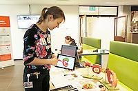 Nederland  Amsterdam   2017 01 25 . Amsterdam Medisch Centrum ( AMC ).   E-Health Avenue. Op deze Avenue wordt een interactief overzicht gegeven van de verschillende e-Health initiatieven door zorgmedewerkers. De Avenue bestaat uit de Allée van de Apps, de Weg van de Wearables,  de Gang van de Games, de Route van e-Health Research en het Pad van de Patiëntparticipatie. Er is een interactieve 3D-atlas gemaakt over embryonale ontwikkeling in de eerste twee maanden van de zwangerschap. Die atlas is gemaakt door onderzoekers van het Academisch Medisch Centrum in Amsterdam. Arts-embryoloog Bernadette de Bakker leidde samen met emeritus hoogleraar Antoon Moorman het onderzoek. Bernadette de Bakker geeft uitleg over het onderzoek.  Foto Berlinda van Dam / Hollandse Hoogte