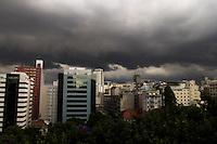 SAO PAULO,SP, 13 DE MARCO DE 2013 - CLIMA TEMPO - Nuvens carregada são vistas na regiao central da capital, nesta tarde de quarta-feira (13), ha previsão de chuvas fortes para o final da tarde, seguindo os meteorologistas. (FOTO RICARDO LOU - BRAZIL PHOTO PRESS)