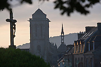 Europe/France/Bretagne/29/Finistère/ Locronan: la cité à l'aube et l'église Saint-Ronan  XV ème