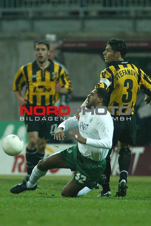 UEFA Pokal 2002/2003 2. Runde - Rueckspiel<br /> SV Werder Bremen vs Vitesse Arnheim 3:3<br /> Foul an Ailton - ohne Folgen<br /> Foto &copy; nordphoto <br />  *** Local Caption *** Foto ist honorarpflichtig! zzgl. gesetzl. MwSt.<br />  Belegexemplar erforderlich<br /> Adresse: nordphoto<br /> Georg-Reinke-Strasse 1<br /> 49377 Vechta