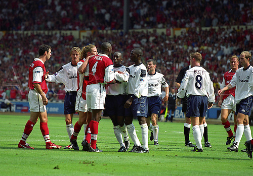 1 August 1999: Arsenal midfielder PATRICK VIEIRA squares up to Man Utd players during their One2One Charity Shield match at Wembley Photo: Matthew Clarke/actionplus...soccer football fight fights aggression 990801 brawl players manchester united