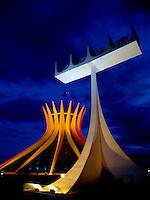 BRASÍLIA, DF 13 DE MAIO 2013. CATEDRAL METROPOLITANA DE BRASÍLIA NAS CORES DA ALEMANHA. Alguns monumentos de Brasília foram iluminados nas cores da bandeira da Alemanha (Amarelo, Vermelho, e Preto) assim como a CATEDRAL METROPOLITANA DE BRASÍLIA (Vermelho e Amartelo), nessa noite de segunda feira (13).FOTO RONALDO BRANDÃO / BRAZIL PHOTO PRESS