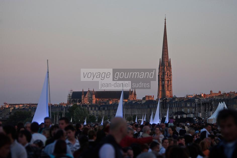 Europe/France/Aquitaine/33/Gironde/Bordeaux: Les quais du Port de la Lune   lors de la Fête du Fleuve - En fond le clocher de l'église Saint-Michel