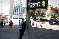 SÃO PAULO-SP-30,10,2014-CLIMA TEMPO SÃO PAULO -(Avenida Liberdade) A temperatura terá maxima de até 33° e temperatura média de 30° na capital paulista.Região central da cidade de São Paulo,na manhã dessa quinta-feira,30(Foto:Kevin David/Brazil Photo Press)