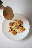 Europe/Espagne/Catalogne/Catalogne/Gérone: la  blanquette de cochon de lait ibérique au riesling, avec sa peau laquée à la chinoise recette des frères Roca - Le Celler de Can Roca  - Restaurant: El Celler de Can Roca à la deuxième place de la liste The World's 50 Best Restaurants