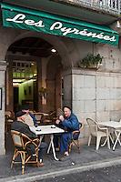 Europe/France/Aquitaine/64/Pyrénées-Atlantiques/Pays-Basque/Tardets-Sorholus: Lors de la traditionnelle foire au fromage _  Agriculteurs à la terrasse du café du village [Non destiné à un usage publicitaire - Not intended for an advertising use]
