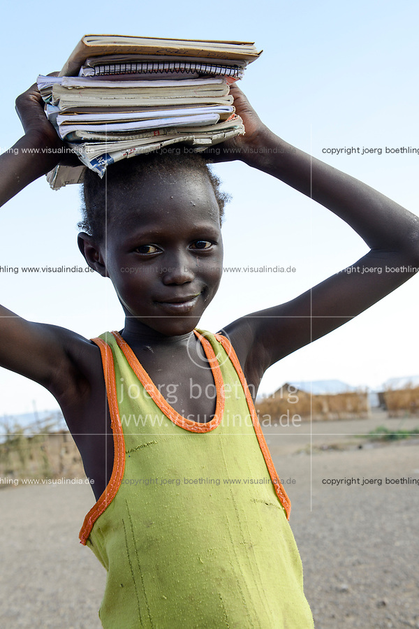 KENYA, Turkana, refugee camp Kakuma IV, south sudanese refugees, girl on way to school carry books on the head  / KENIA, Turkana, Fluechtlingslager Kakuma 4, suedsudanesische Fluechtlinge