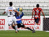 MANIZALES - COLOMBIA - 14-04-2013: Fernando Cuadrado , portero del  Once Caldas, en acción, durante el partido en el estadio Palogrande de la ciudad de Manizales, abril 14 de 2013.Once Caldas empató a dos goles con el Boyacá Chicó FC, en partido de la fecha 10 de la Liga Postobón I. (Foto: VizzorImage /JJB/ Str).  Fernando Cuadrado, goalkeeper of Once Caldas, in actions during the match at the stadium Palogrande city of Manizales, April 14, 2013. Once Caldas tied to two goals with the Boyaca Chico FC, in a match for the tenth date of the League Postobon I. (Photo: VizzorImage / JJB / Str)   .