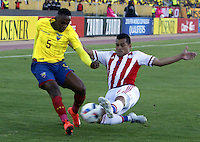 QUITO - ECUADOR - 24-03-2016: Alex Ibara (Izq.) jugador  de Ecuador disputa el balón con Miguel Samudio (Der.) jugador de Paraguay, durante entre los seleccionados de Ecuador y Paraguay, partido válido por la fecha 5 de la clasificación a la Copa Mundo FIFA 2018 Rusia jugado en el estadio Olímpico Atahualpa en Quito. / Alex Ibara (L) player of Ecuador struggles the ball with Miguel Samudio (R) player of Paraguay during a match between Ecuador and Paraguay valid for the date 5 of 2018 FIFA World Cup Russia Qualifier played at Olimpico Atahualpa stadium in Quito. Photo: VizzorImage / Rolando Enriquez / Agencia Cronistas Gráficos