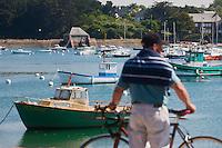 Europe/France/Bretagne/22/Côtes d'Armor/Ploumanac'h: le port et en fond le moulin à marée