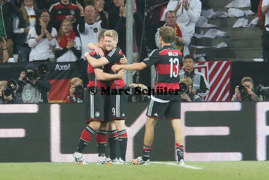 Andre Schürrle (D) staubt ab zum 2:1 und jubelt mit Lukas Podolski und Thomas Müller - Deutschland vs. Kamerun, Mönchengladbach
