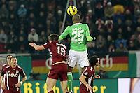 Kopfball Naldo (Wolfsburg) gegen Nicolas Feldhahn (OFC)