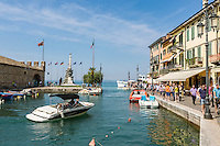 Italy, Veneto, Lake Garda, Lazise: small harbour at East Bank of Lake Garda | Italien, Venetien, Gardasee, Lazise: kleiner Hafen am Ostufer des Gardasees