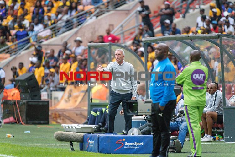 05.01.2019, FNB Stadion/Soccer City, Nasrec, Johannesburg, RSA, Premier League, Kaizer Chiefs vs Mamelodi Sundowns<br /> <br /> im Bild / picture shows <br /> <br /> Ernst Middendorp Trainer<br /> <br /> Einzelaktion, Ganzk&ouml;rper / Ganzkoerper<br /> Gestik, Mimik,<br /> entt&auml;uscht / enttaeuscht / traurig / Niederlage<br /> <br /> Foto &copy; nordphoto / Kokenge