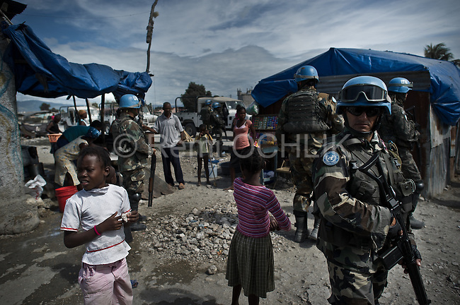 © Remi OCHLIK/IP3 - Port au Prince on 2010 november 23 - Haiti counted down towards weekend elections Monday as the death toll from a spiraling cholera epidemic neared 1,350, fueling debate over delaying the key polls in the quake-hit nation. Minustah Brabat 2 Brazilians soldiers pratol in Cite Soleil slum