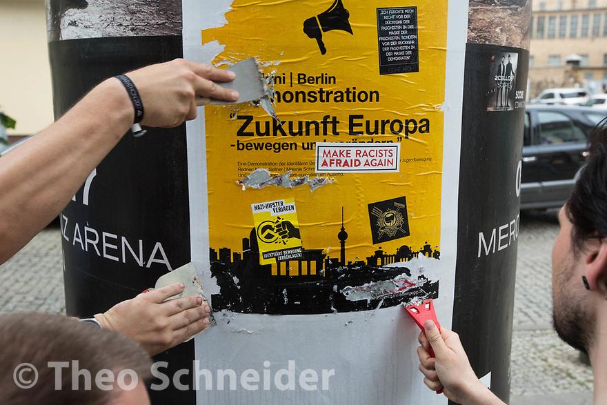 """In Berlin-Oberschöneweide trafen sich Aktivisten zu einem Putzspaziergang, um Plakate der extrem rechten """"Identitären Bewegung"""" zu entfernen, die im Vorfeld einer Demonstration angebracht wurden."""