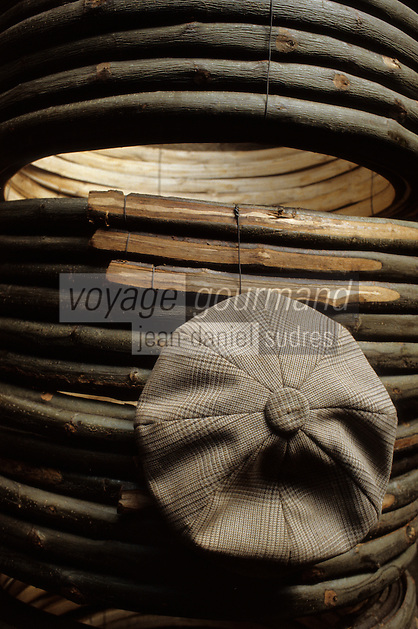 Europe/France/Poitou-Charentes/16/Charente/Cognac/Tonnellerie Seguin Moreau: Fabrication des cercles en châtaignier<br /> PHOTO D'ARCHIVES // ARCHIVAL IMAGES<br /> FRANCE 1990