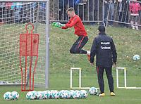 """Torwart Lukas Hradecky (Eintracht Frankfurt) mit Torwarttrainer Manfred """"Moppes"""" Petz (Eintracht Frankfurt) - 04.04.2018: Eintracht Frankfurt Training, Commerzbank Arena"""
