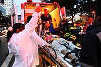 SAO PAULO, SP, 03.01.2014 - ACIDENTE / TRANSITO - ONIBUS X AMBULANCIA - Acidente envolvendo uma ambulância e um ônibus na avenida vereador José Diniz com a rua Demóstenes, em São Paulo, nesta segunda-feira. A ambulância transportava um paciente. (Foto: Adriano Lima / Brazil Photo Press).