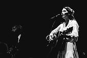 EMMYLOU HARRIS, LIVE, 1980, NEIL ZLOZOWER