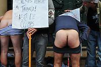BUENOS AIRES, ARGENTINA, 16 DE MAIO DE 2012 - PROTESTO PROPRIETARIOS DE BARES - Proprietarios e trabalhadores de bares e danceterias durante ato protestando contra o governo do prefeito Mauricio Macri. Os manifestantes se queixam de propinas pedidas por inspetores, ato realizado em frente a sede da prefeitura de Buenos Aires, capital da Argentina nesta quarta-feira, 16. (FOTO: PATRICIO MURPHY / BRAZIL PHOTO PRESS).
