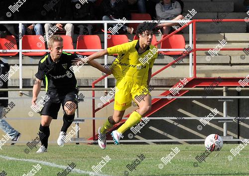 2015-07-08 / voetbal / seizoen 2015-2016 / Lierse - Alemannia Aachen / Brahim Sabaoumi (r) (Lierse) wint het duel om de bal met Maciej Zieba (l) (Aachen)
