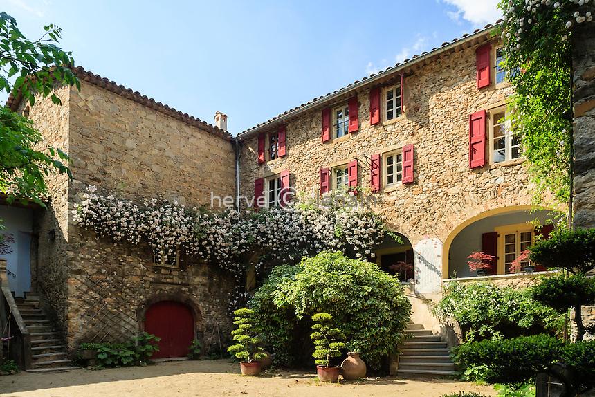 France, Gard, Générargues, LA BAMBOUSERAIE : la ferme, (partie privative) vu de la cour intérieure.