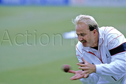 1990: New Zealand cricketer Mark Greatbatch catches the ball in practice. Photo: David Davies/actionplus...90 cricket cricketer catch catching hand training
