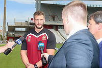 Picture by David Neilson/SWpix.com/PhotosportNZ - 09/02/2018 - Rugby League - Betfred Super League - Wigan Warriors v Hull FC - Captain's Run - WIN Stadium, Wollongong, Australia - Sean O'Loughlin is interviewed.