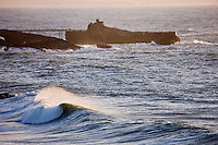 Europe/France/Aquitaine/64/Pyrénées-Atlantiques/Pays Basque/ Biarritz: Rouleaux et le  Rocher de la Vierge dans la lumière du soir.