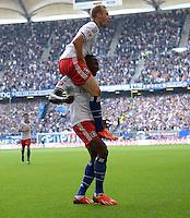 FUSSBALL   1. BUNDESLIGA   SAISON 2013/2014   4. SPIELTAG Hamburger SV - Eintracht Braunschweig                  31.08.2013 Torjubel nach dem 2:0: Maximilian Beister feiert auf den Schultern des 2:0 Torschuetzen Jacques Zoua (beide Hamburger SV)
