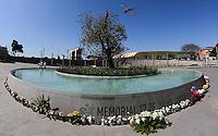 """SAO PAULO, SP, 17.07.2013 - MEMORIAL 17 DE JULHO - Familiares de vítimas do acidente da TAM deixam homenagens no """"Memorial 17 de Julho"""" no bairro do Aeroporto, zona sul de São Paulo (SP), na manhã desta quarta-feira (17). O acidente completa seis anos com o voo JJ3054 da TAM, que deixou 199 mortos. (Foto: Vanessa Carvalho / Brazil Photo Press)."""