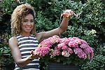 Foto: VidiPhoto<br /> <br /> WAGENINGEN &ndash; De bekende weervrouw van RTL, Amara Onwuka uit Wageningen, heeft sinds dinsdag haar eigen hortensia. Ze mocht de nieuwe, roze tuinplant met de botanische naam Hydrangea macrophylla &lsquo;Amara&rsquo;, zelf &lsquo;dopen&rsquo;. Hortensia Amara is een compacte tuinplant met veel opvallen veel bloemschermen die opgebouwd zijn uit kleine, stevige bloemetjes. Een plant met potmaat 14 heeft gemiddeld bijna 30 bloemschermen, bijna vier keer zoveel als een standaardhortensia. In mei zijn de bloemschermen nog groen-roze, maar in de zomermaanden kleuren deze naar felroze. De plant bloeit tot diep in het najaar. De hortensia &lsquo;Amara&rsquo; is ontwikkeld door veredelingsbedrijf Horteve-Kolster uit Aalsmeer. Volgens veredelaar Suzanne Hesemans moest bij de elegant ogende hortensia een passende naam gezocht worden en daarbij kwam het bedrijf al snel uit bij Amara. Een krachtige vrouw met een positieve en vrolijke uitstraling. Naar verwachting zal de nieuwe hortensia vanaf voorjaar 2019 verkrijgbaar zijn. De Wageningse Amara Onwuka is meteoroloog en sinds 2013 een van de vaste presentatoren van Buienradar en RTL Weer. In 2015 won zij het survivalprogramma Expeditie Robinson.