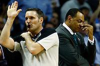 MEM07. TENNESSEE (EEUU), 25/04/2011.- El entrenador de los Grizzlies de Memphis Lionel Hollins (d) observa a sus jugadores ante los Spurs de San Antonio hoy, lunes 25 de abril de 2011, en un partido de los cuartos de final de la NBA disputado en el FedExForum de Memphis (EEUU). EFE/MIKE BROWN/PROHIBIDO SU USO PARA CORBIS