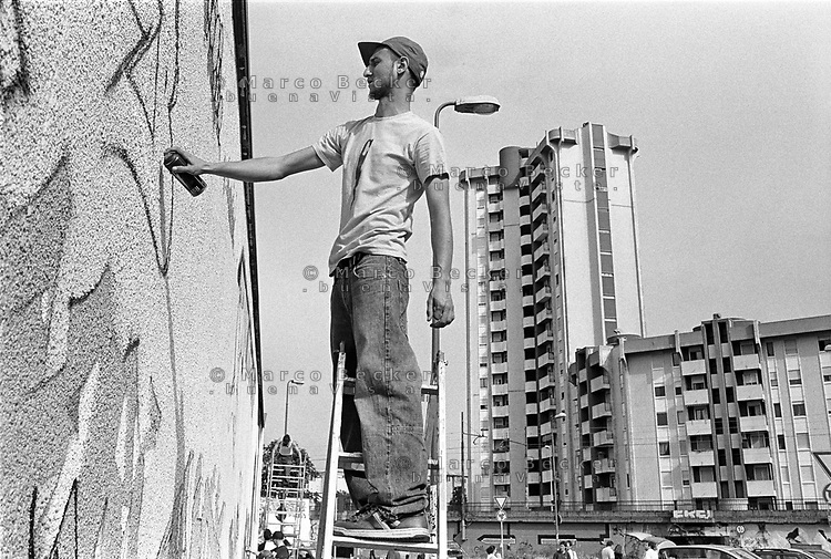 "Milano, ""Push it real - Leoncavallo walls total re-painting"", tre giorni dedicati alla cultura hip hop durante i quali vengono tra l'altro ridipinti i muri del centro sociale --- Milan, ""Push it real - Leoncavallo walls total re-painting"", three days dedicated to hip hop culture at Leocavallo social center and repainting of the walls with new graffiti"