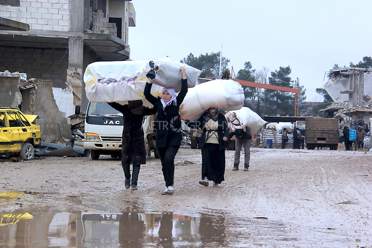 26/2/2015--Kobane,Syria-- A group of people coming back to kobane after being refugees.